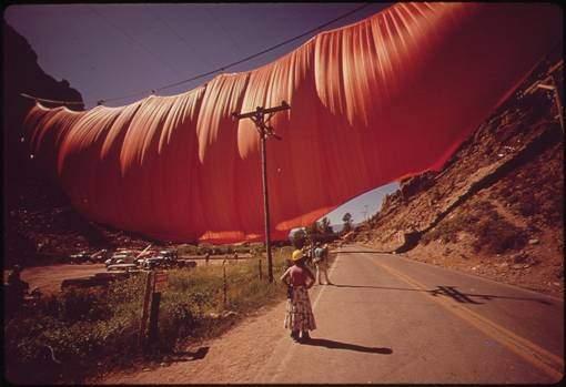 1972'deki Vadi Perdesi Projesi, Colorado'da Rocky Mountains vadisine turuncu renkli bir kumaşı perde gibi germeyi hedefliyordu. Kumaşın asılacağı konstrüksiyon çökünce ikincisi yapıldı, bu defa başarılı oldu. Ama projenin maliyeti 400.000 USD'ye yükseldi. Sanatçı çift, hemen her projenin finansmanında yaptıkları gibi, başka sanat eserlerini ve gerçekleştirilecek projenin taslak çizimlerini satarak projenin maliyetini karşıladılar. Vadiye asılan perde sadece 28 saat yerinde kalmış, çıkan fırtına sonucunda parçalanmıştı. Tüm projeleri gibi bu projenin de tüm safhalarının dokümanter filmi çekilmiş, bu defa çekilen film, Kısa Dokümanter Film kategorisinde Akademi Ödülleri'ne aday olmuştu. Fotoğraf:en.wikipedia.org