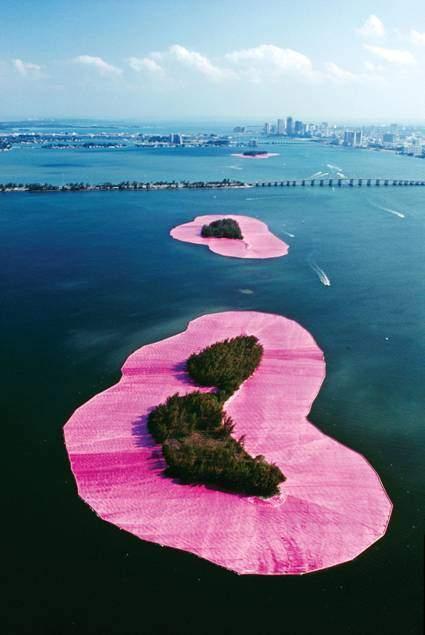 1983'de Miami'de Biscayne Bay'deki 11 adanın etrafı pembe, yüzen bir kumaşla kaplanmıştır. Görüntü, iki hafta süre ile izleyenlere açık kalmıştır. Proje için bir çok bilim insanı çalışmıştı. Fotoğraf:www.christojeanneclaude.net