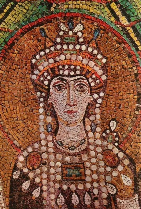 İmparatoriçe Teodora'nın çekici bir yüzü ve güzel bir vücudu olduğu, boyunun kısa, yüzünün solgun, bakışlarının ise her zaman öfkeli ve sert olduğu kayıtlara geçmiş. Ravenna'da San Vitale Kilisesi'ndeki mozaik tablosundan detay. Yapım yılının 547 olduğu tahmin ediliyor. Fotoğraf:Byzantine&Medieval Art.