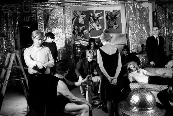 Andy Warhol Fabrika'da film çekerken. Fotoğraf:indigodergisi.com
