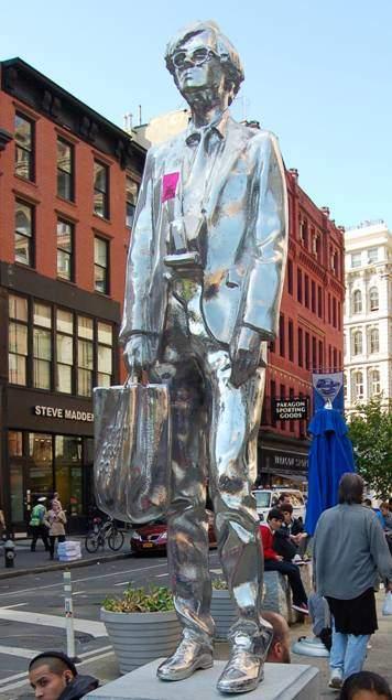 2012 yılında Fabrika'nın üçüncü adresi New York, 860 Broadway'in önüne Rob Pruitt'in eseri Andy Abidesi yerleştirildi. Fotoğraf:en.wikipedia.org