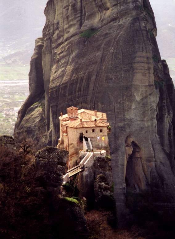 Ortodoks manastırları hep geçişi zor olan yerlere, istilalardan uzak kalabilmek için inşa etmişler. Adalara, dağ başlarına, ulaşımı uzak yerlere kurulan bu dini yerlerde yaşayanlar bugün bile modern hayattan uzaktırlar. Ortodoks rahipler hala ikon boyuyorlar, hala çift başlı kartallı bayraklarını göndere çekiyorlar, dualarında Bizans İmparatorlarını anıyorlar ve zamanı saat yerine hala Romalılar gibi güneşin yüksekliği ile tayin ediyorlar. Manastırlarda bilinçli bir anakronizm uygulanır. Yunanistan – Kalambaka, Roussano Manastırı.