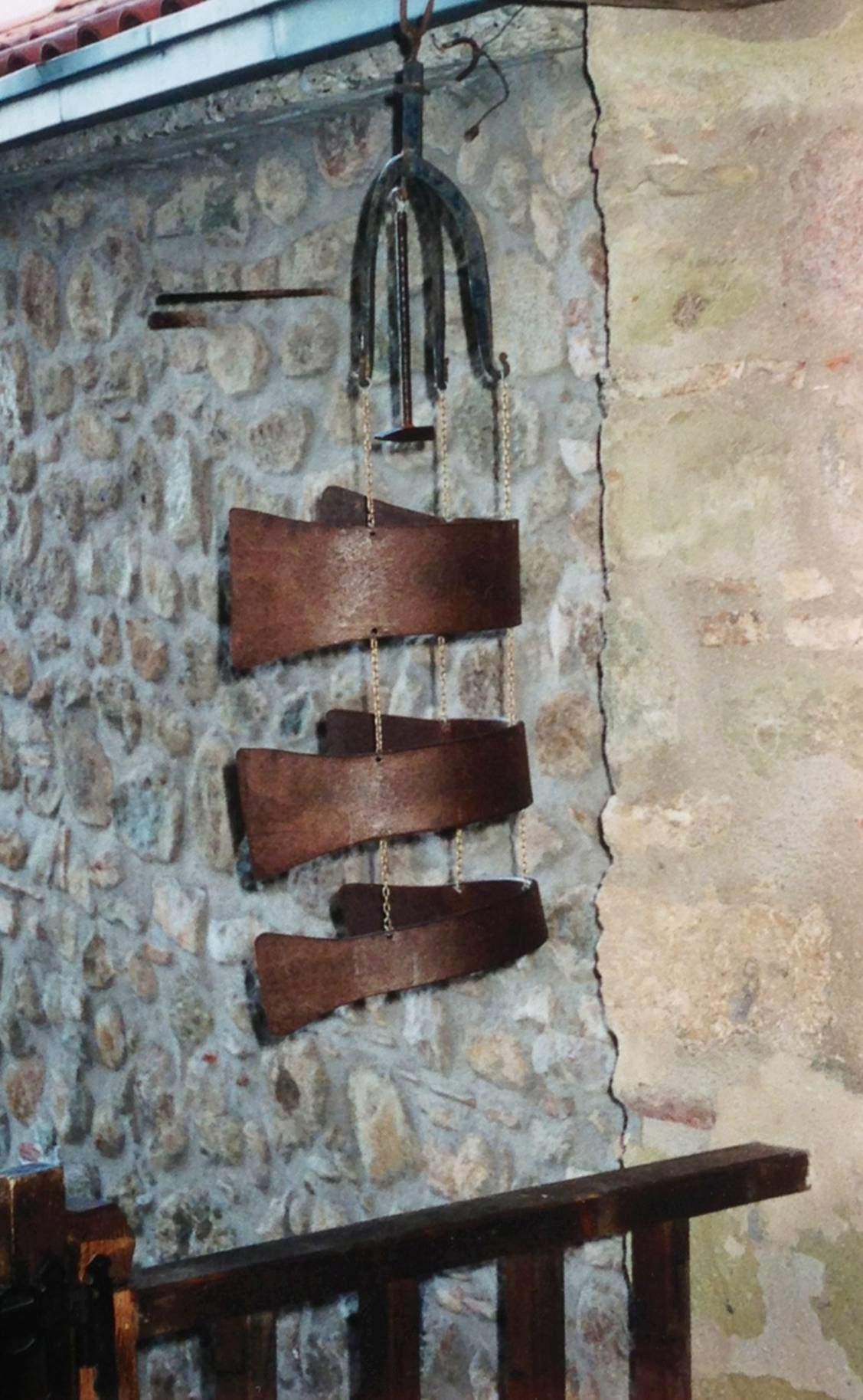 Bizans kilisesinde çan kulesi yoktu. Semantron denen, tahtaya tahta tokmakla vurarak cemaati çağırırlardı. Günümüzde, manastırlarda, doğal olarak, hala semantron kullanılıyor. Ortodoks Kilisesi'ne çan, 18. yüzyılda ilave oldu. İlk çan Rusya'da yapılıp yollandı. Fotoğrafta, Yunanistan'ın Teselya Vadisi'nde yer alan Meteora Manastırları'ndan biri olan Diriliş Manastırı'nda kullanılan semantron.