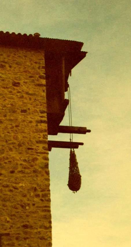 Manastırlarda gerek malzeme gerek keşişlerin yukarı çıkması için kullanılan file şeklindeki, bir nevi asansör. Biz 2001 yılında Vadi'ye gittiğimizde, artık kullanılmadığını söylemişlerdi. Teselya Vadisi, Meteora Manastırları, Yunanistan.