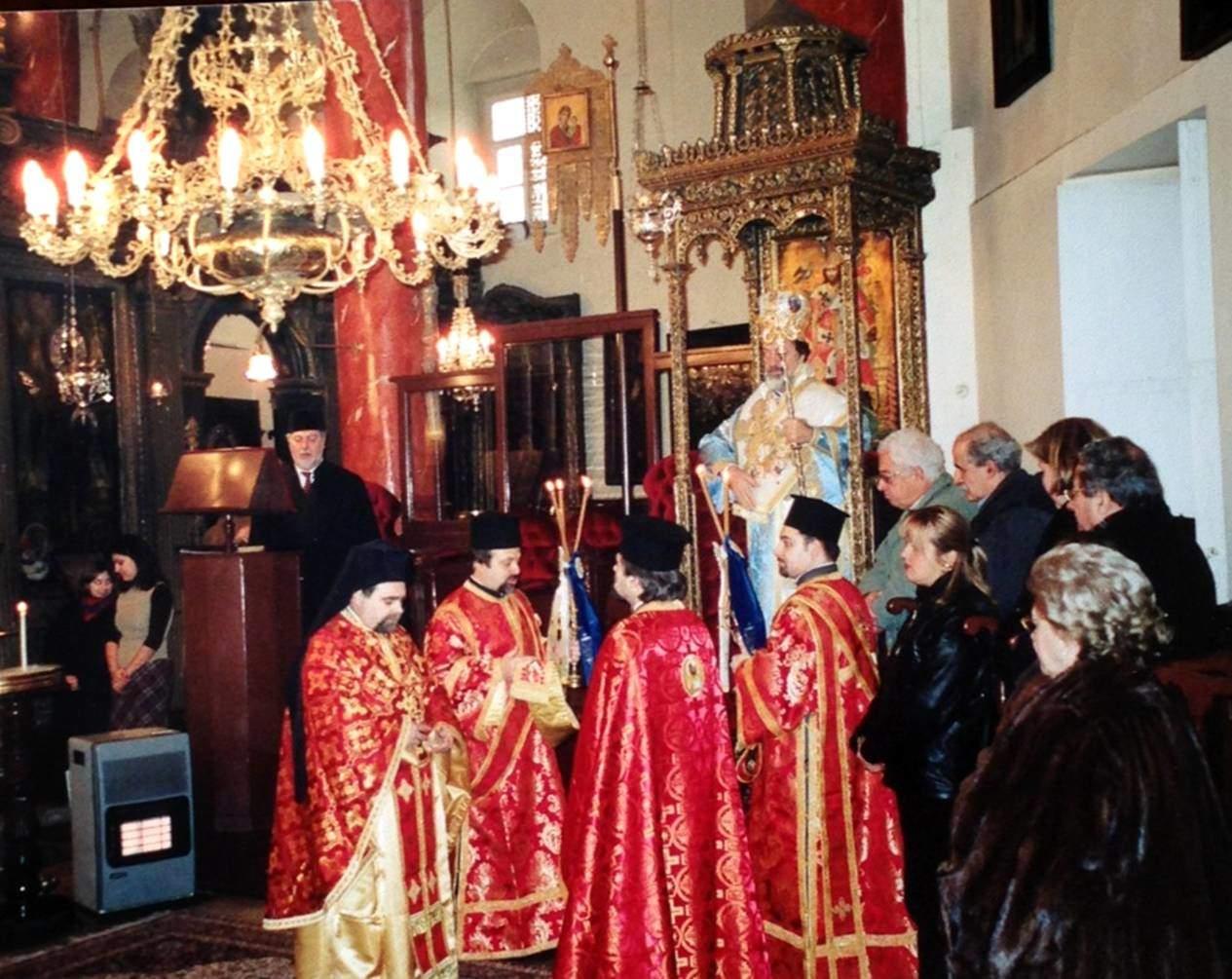 6 Ocak 2002 tarihindeki Fota Töreni'nden önce Çengelköy Rum Ortodoks Aya Yorgi Kilisesi'ndeki ayin.