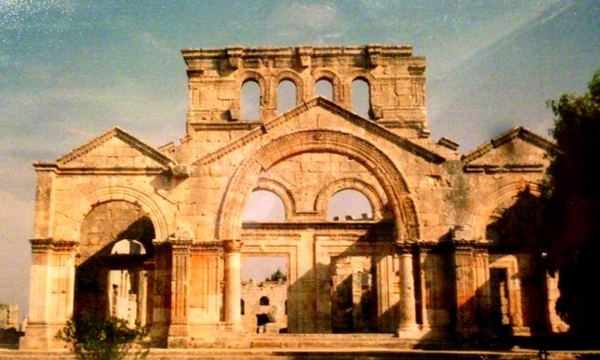 Aziz Simeon'un üzerinde yaşadığı sütunun etrafına yapılan martiryon 490'da tamamlanmıştır ve 5. yüzyılın en büyük kilisesidir. Merkezi sekizgen, dört tarafında bulunan bazilikalardan biri ibadet, diğerleri ise hacılar için düşünülmüştür, deniyor. Bizans'ın, martiryonun merkezindeki sütunun parçalarından yağ süzdürüp sattığı düşünülüyor.