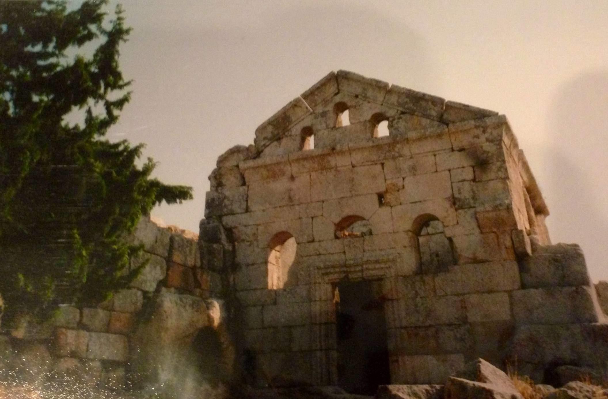 Aziz Simeon'daki Ölüler Evi. Rahipler, evin nişlerindeki sarkofajlarda 40 gün tutulduktan sonra kemikleri evin ortasındaki oyuğa konuyormuş. Sarkofaj, et yiyen demekmiş.