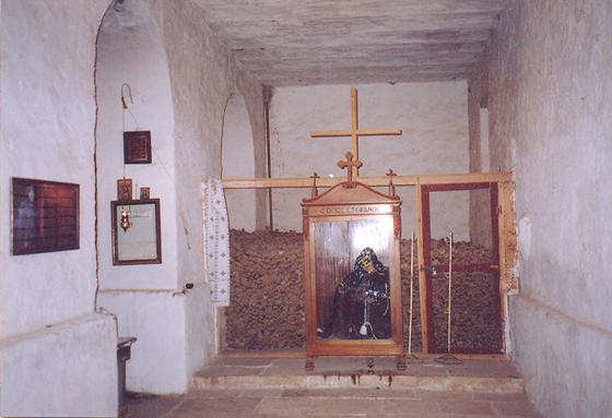 6. yüzyılda Bizans İmparatoru Justinyen tarafından, Ortodoks hacılar için yaptırılan, günümüzde de aktif en eski manastırlardan olan Azize Katerina Manastırı, Mısır'ın Sina Yarımadası'nda, Musa'nın On Emir'i aldığına inanılan Sina Dağı'nın eteklerinde yer almaktadır. Manastır'ın Ölüler Evi'nde burada ölen keşişlerin kemikleri yer alıyor. Başpiskoposların kemikleri ise özel nişlerde muhafaza ediliyor. Bu adet, Milattan Sonraki ilk yüzyıllarda, önemli bir coğrafyada çok yaygın. Manastırlarda, genelde, 12 Havari'yi simgeleyen 12 mezar vardır. Bir uygulama olarak, ölenler bu 12 mezara gömülür. Sonra kemikler çıkartılıp mezar şapeline konur.