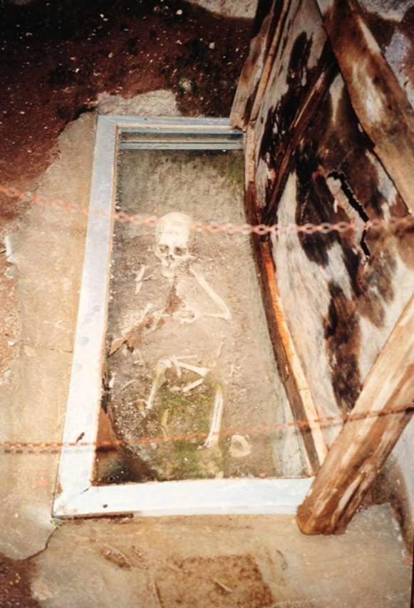Niğde Gümüşler Manastırı'nın avlusunda saklanmakta olan kemikler ziyaretçilerin görüşüne açık. Bu iskelet ek başına, ayrı bir yere konulduğuna göre yüksek dereceli bir ruhbana ait olmalı.