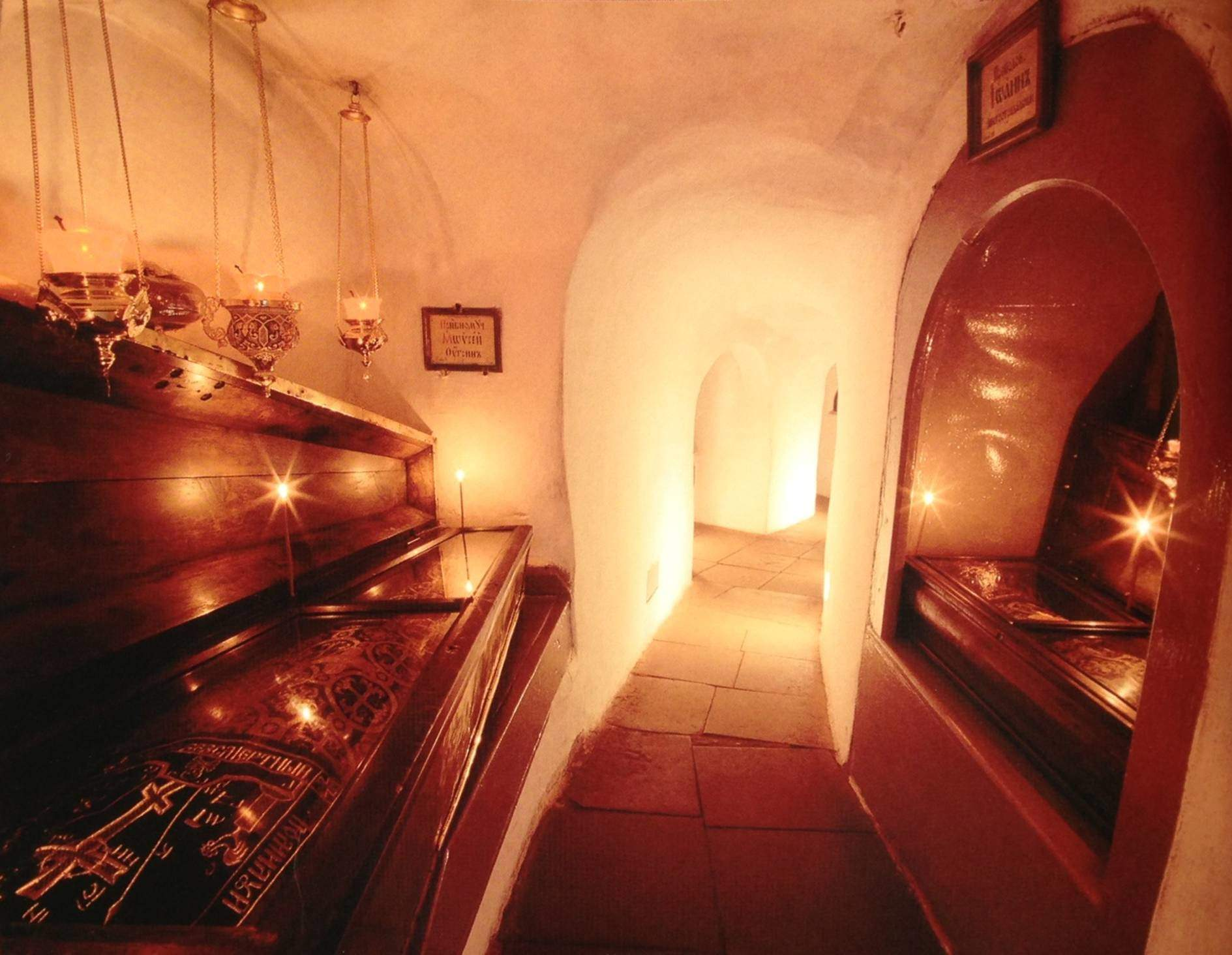 Büyük Knez Vladimir, Hıristiyanlığı Rusya'nın o zamanki başkenti Kiev'de kabul etti ve Hıristiyanlığı ilk Kiev'de yaymaya başladı. Aziz Antuan, Athos Dağı'ndan dönüşte Kiev yakınlarında, Pechersk'te ilk mağarayı kazarak Lavra Manastırı'nın nüvesini oluşturdu. I. Yaroslav döneminde, 1051 yılında Kiev, Lavra Manastırı bu mağaranın etrafında oluştu. Keşişler yeni mağaralar kazdılar, bunları yeraltı koridorları ile birbirine bağladılar. Bu mağaralar ibadet yeri olduğu gibi, gömü yeri de oldu.