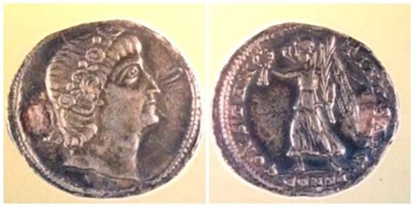 Birinci (Büyük) Konstantinus'un 3.39 gramlık gümüş parası. İstanbul Arkeoloji Müzesi.