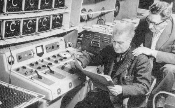 İkinci Dünya Savaşı sonrasında teknolojinin gelişmesi ile müziğe de müdahale başlamıştı. Edgar Varése (1883-1965), 1958 yılı Brüksel Fuarı'nda Le Courbusier'nin tasarımı olan Belçika Pavyonu'nda 475 hoparlör ile duyurulan, adına Elektronik Şiir dediği deneysel bir müzik uygulaması yapmıştı. Fotoğraf:proyectoidis.org