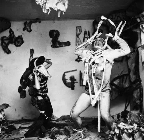 Claes Oldenburg ile sonradan eşi olan Pat Muschinski'nin, New York, Greenwich Village'daki Judson Memorial Kilisesi'nde sergiledikleri Snapshots from the City adlı Happening'i, 1960. Fotoğraf:Martha Holmes—Time Life Pictures/Getty Images Alıntı:www.britannica.com