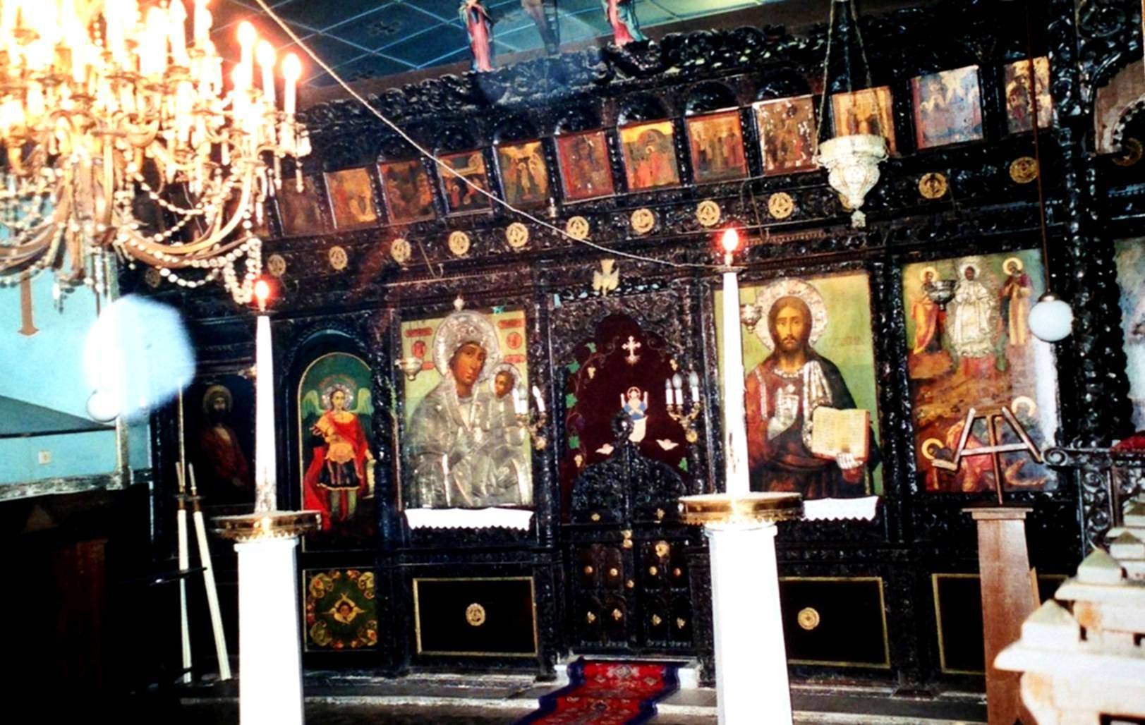İstanbul, Burgazada, Aya Yorgi Manastırı ve Kilisesi'nin ikonastasisi. Duvar resimleri ve ikonalarla süslü kilisenin ikonalarının bir kısmı gümüşle kaplanmıştır.
