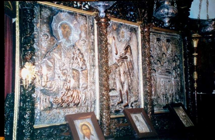 Fetih'ten sonra 100 yıl içinde İstanbul'daki tüm kubbeli kiliseler camiye çevrilmiştir. Kubbeli olmasına rağmen camiye çevrilmeyen ve hala kilise olarak işlev gören tek yapı Kanlı Kilise'dir. Bunun nedeni Fatih'in fermanıdır. Kanlı Kilise'nin ikonastasisi.