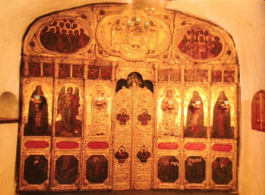 Pechersk'li Ulu Theodosius anısına yapılmış yeraltı kilisesindeki altın ikonastasis, Kiev, Ukrayna.
