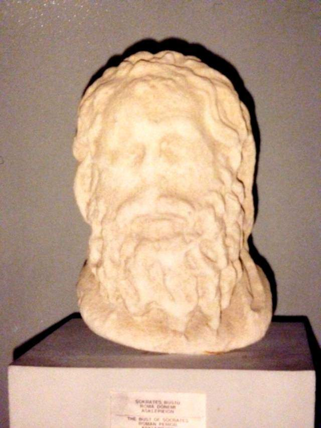 Antik sağlık ve şifa merkezi Allianoi'un aynı zamanda önemli bir Asklepios kült merkezi olduğunu gösteren kanıtlardan sayılan, Allianoi kazısında ele geçmiş, Roma İmparatorluk Çağı'na ait mermer Asklepios başı günümüzde Bergama Müzesi'nde