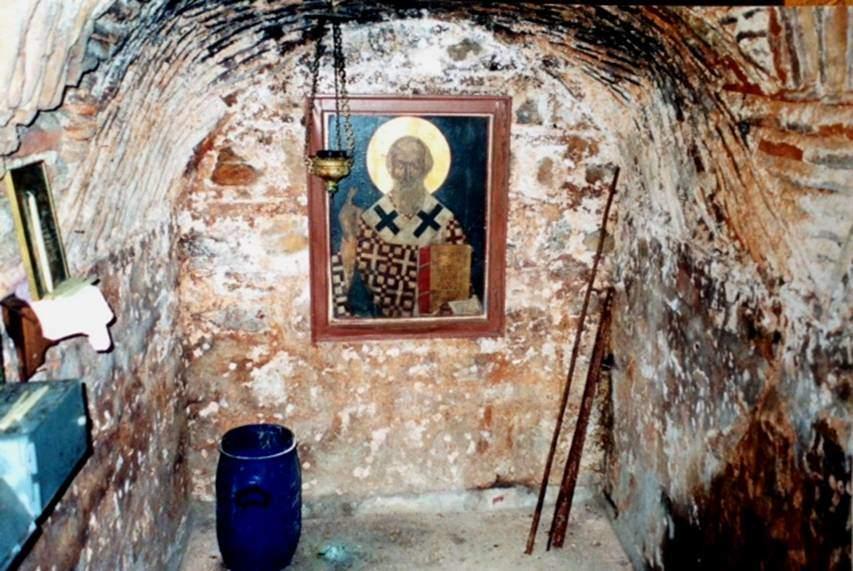 İstanbul, Burgazada'da keşiş Metodius'un ikona kırıcılar tarafından yedi yıl hapsedildiği mahzen. 843 yılında naip olan İmparatoriçe Theodora keşiş Metodius'u Patrik seçtirtince ikonaklazm dönemi tamamen bitmiş oldu. Bu mahzenin üzerine 9. yüzyılda İmparatoriçe Teodora Antigone tarafından Aya Yani (Vaftizci Yahya) Kilisesi yaptırılmış.