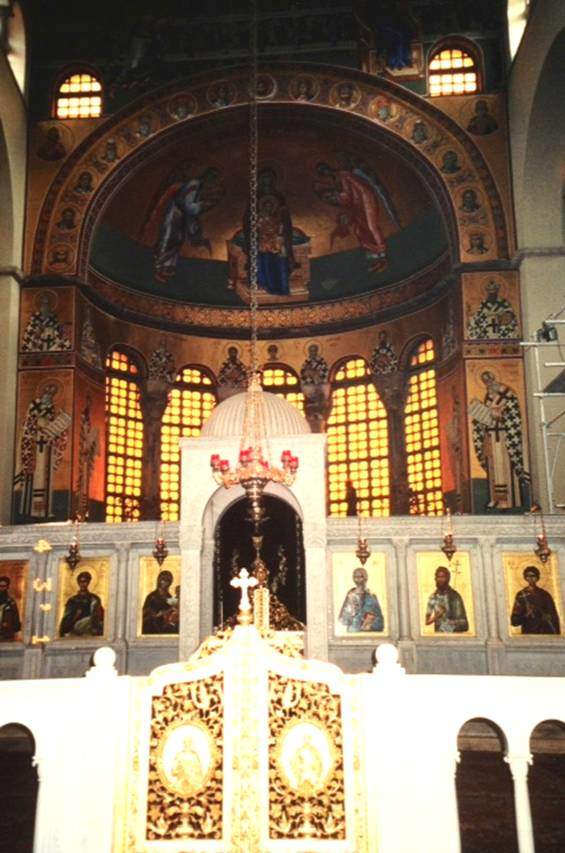 7. yüzyılda Selanik'in koruyucusu olan Aziz Demetrius'un mezarından iyileştirici özelliğe sahip bir yağ aktığı söylenir. Aziz Demetrius kültünün ikonaklastik harekete karşı olanları koruduğuna inanılır. Yukarıda Aios Demetrius Bazilikası apsis ve ikonastasisi, altta ise Demetrius Bazilikası. Selanik, Yunanistan.