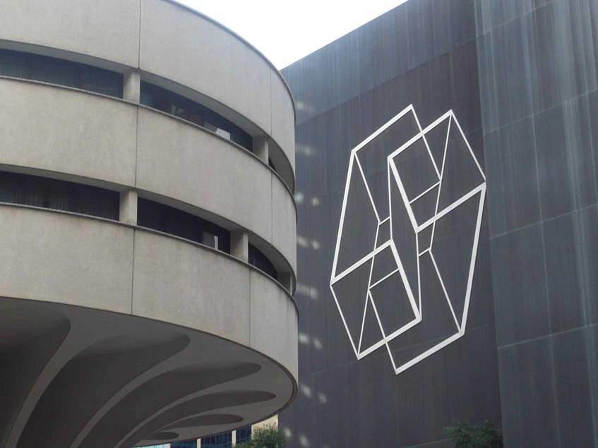 Wrestling, Josef Albers, 1976. Albers'in öğrencisi Mimar Harry Seidler'in Avustralya'nın Sydney şehrinde yaptığı Mutual Life Center binasına görsel olarak seçtiği, Commonwealth Bank binası üzerine yerleştirilen Albers'in bir Op Art bulmacası olan rölyefi. Albers, 1953-1958 yılları arasında ürettiği  Structural Constellations adını verdiği seriden olan bu çizimi son eseri olarak bu binanın üzerine uygulatmış. Fotoğraf:theartlife.com.au