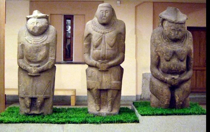 Ukrayna, Moldova ve Doğu Avrupa'da Kumanlar'dan kalan heykeller bulunuyor. Ölülerin taştan yapılmış, ellerinde haoma (İskit içkisi) kadehi tutan heykelleri Ukrayna'da sıklıkla görülen bir mezar taşı örneğidir. Fotoğrafta üç Baba heykeli görülüyor. Bütün toplumlarda görülen ve manevi liderler olarak kabul edilen şahsiyetler, benzer fonksiyonlarıyla Orta Asya Türk kültür çevresinde de görülmektedir. Baba, bab, evliya, aziz, sultan, ata kelimeleriyle sıfatlanan şahsiyetler evliya anlamında kullanılmaktadır. Bu adlandırmalar ve şahsiyetlere biçilen görevler ile onların fonksiyonları, Türk toplumunun İslamiyet'i kabul etmesinden önceki döneme dayanmaktadır. Ancak İslamiyet sonrası da uygulama, Kırgız baksı'sının(şamanının) Allah'a ve Müslüman ermişlere duası ile başlar, cinlere sesleniş ve kötü ruhlara tehditlerle devam eder. Fotoğraf:wikipedia.org