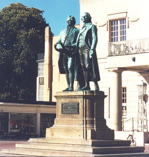 Goethe ve Schiller, Faust'un prömiyerinin yapıldığı Ulusal Tiyatro önündeki heykel, Weimar. Ernst Rietschel tarafından 1857'de yapılan bu heykel, tıknaz Goethe'yi Schiller ile aynı boyda gösteriyor. Goethe elindeki defne dalından çelengi şaire sunuyor. Fotoğraf:kavrakoglu.com