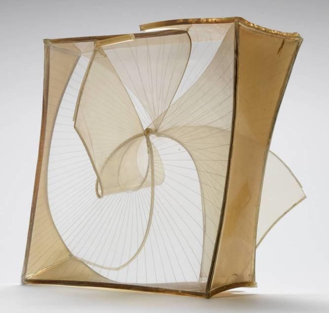 Uzayda Yapılanma (Kristal), Construction in Space (Crystal), Naum Gabo, 1937-1939. Eser, Londra'da Tate Modern'de sergilenmektedir. Naum Gabo (1890-1977), Konstrüktivizm akımının önemli uygulayıcılarından ve Kinetik Sanat'ın kurucularındandır. Bu eseri, şeffaf düzlemlerden ürettiği çok sayıda yapıtın ilkidir. Gabo'nun 1910'lu yıllardan beri hedeflediği, objelerin dinamik içeriğini yansıtmaktır. Bilimsel modeller ve teorilerle ilgilenmiş, bunları heykellerinde kullanmıştır. Bu eseri matematiksel bir modelin uygulamasıdır. Şeffaf plastik malzemenin tutkal ile yapıştırılmasıyla üretilmiş yapıtın çeşitli noktalarından yayılan çizgiler, dönme hissi vermektedir. Fotoğraf:tate.org.uk