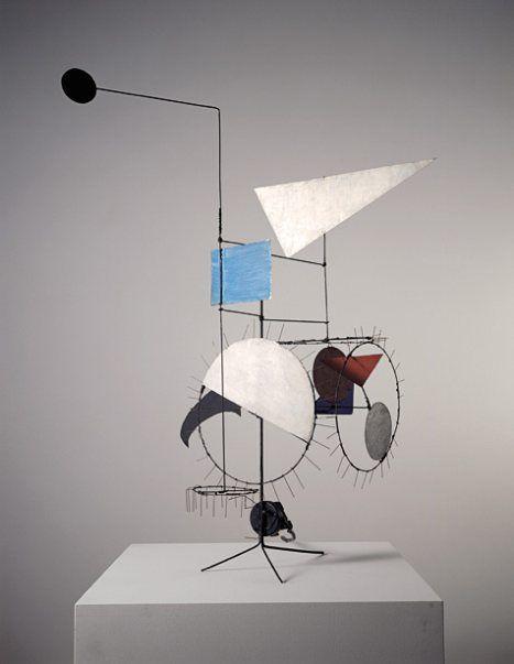 Méta-mécanique, Jean Tinguely, 1955. Basel'deki Tinguely Müzesi'nde sergilenmekte olan; demir, metal ipler, kablolar, renklendirilmiş metal parçalar, elektrik motoru ile yapılmış olan Méta-mécanique adını vermiş olduğu heykelin çeşitlemelerini de yaptı. Bunlar, hareket edebilen ve değişebilen yapıtlardı. Fotoğraf: www.tinguely.ch