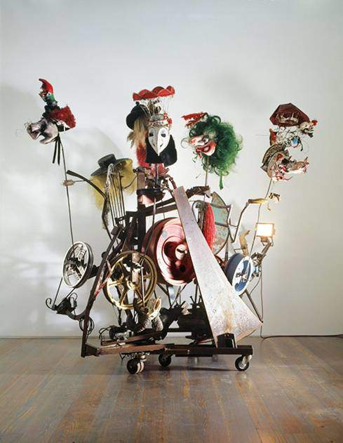 L'Avant-Garde, Jean Tinguely, 1988. Yapıt metal, papier maché, masklar, V kayış, tahta tekerlekler, elektrikli motorlar ile yapılmış. Eser, İsviçre'nin Basel kentinde düzenlenen Maske Festivali'nde, kortejin en önünde yürüyenlerin taşıdığı Vortrab'ı temsil ediyor. Maskelerin çoğu Tinguely'nin festivalde kullandığı maskeler. Renkli tekerleklere bağlı maskeler yükselip alçalmakta. 1972'den sonra bu festival, sanatçının üretiminin merkezine oturmuş, bu amaçla kostümler ve maskeler üretmiştir. Festival teması Tinguely'nin anarşik ve gizli melankolik karakterine uyuyordu. İşlemekte olduğumuz 1950'li yıllardan 30 yıl sonra sanatçının yapmış olduğu bir eserinden de örnek vermek istedik. www.tinguely.ch