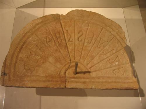 Bizans güneş saati, İzmit Arkeoloji Müzesi Kolleksiyonu. Fotoğraf:www.kendingez.com