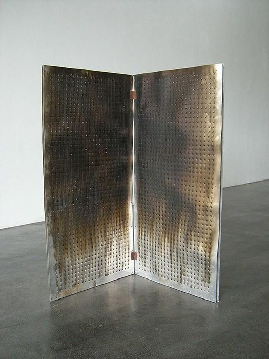 Geçmişinde kitaplarını suçlu ilan edip yakarak cezalandıran bir toplumun hafızasında kitabın suçlu olduğu algısı da mevcuttur. Öncelikle bu algıyı düzeltmek gerekir. Alev tabloları ile tanınan 1934 doğumlu Fransız sanatçı, Bernard Aubertin'in yanan kitabı, Large Fire Book adlı eseri. Fotoğraf:debbielyddon.wordpress.com