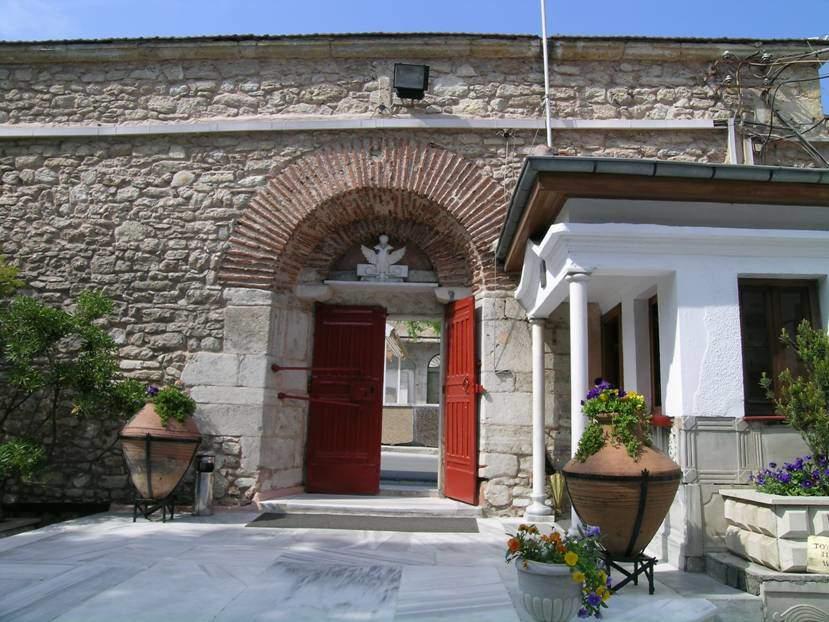 İlk yapımı 6. yüzyıl olan, Silivrikapı'daki Kızlar Manastırı'nın kapısının üzerinde çift başlı kartal.
