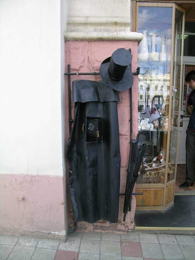 Ukrayna'ya gittiğimde Chernivtsi'yi gezerken sokaklarda pek çok heykel görmüş ve beğenmiştim, paylaşıyorum.