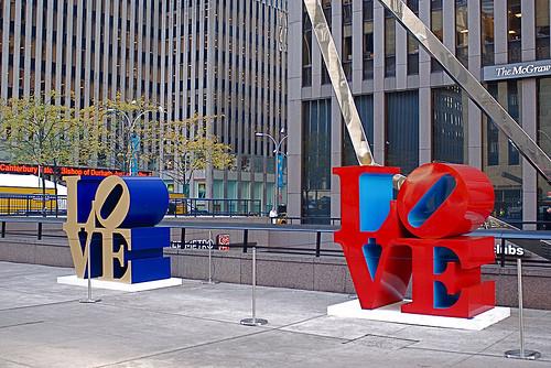 New York, 6. Cadde'de iki Love heykeli.