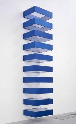 İsimsiz, Donald Judd, 1980. Judd bu tekrara dayalı, prefabrik eserinde alüminyum, renklendirilmiş sert plastik ve çelikten yapılmış, birbirinin aynısı 10 parçayı düzenlemiş, her parçayı aynı mesafe ve hacimle ayırmış ve galerinin duvarına düzenli aralıklarla yerleştirmiştir. Fotoğraf:www.tate.org