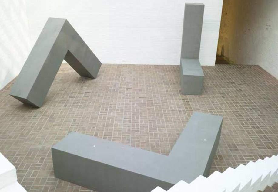 Robert Morris (1931), sadece Minimalizm'e değil, Performans Sanatı, Arazi Sanatı ve Süreç Sanatı'nın gelişmesine de önemli katkılarda bulunmuştur. Dolayısıyla Postmodernizm bölümünde de kendisinden bahsedeceğiz. Fotoğraf:theglasshouse.org