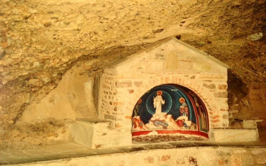 Yunanistan'ın Teselya Vadisi'nde, Diriliş Manastırı'nın bahçesinde yer alan hieron, dua etme yeri.