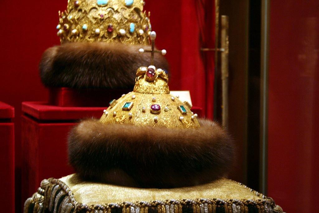 Rus taçlarının en eskisi olduğu düşünülen, günümüzde Moskova'da Kremlin Müzesi Silahhanesi'nde sergilenmekte olan Monomakh Kalpağı/Başlığı, Tatar Başlığı veya Monomakh Tacı. Bir söylenceye göre Tatar Hanlığı düştükten sonra Moskova'ya götürülmüş ve orada Rus Çarlığı'nın tacı olarak taç giyme törenlerinde kullanılmıştır. Monomah Şapkası denen Özbek Hanı'nın kız kardeşi Konçaka'nın Moskova hükümdarı Yuri ile evlendiğinde çeyiz olarak getirdiği şapkadır. Bu benzersiz taç, İvan Kalita'dan başlayarak Monomakh Şapkası adı altında Rus çarlarının büyük oğullarına geçmiştir. Bu altın şapka, Rus devletinin güç simgesi haline gelmiştir. Rus çarları, tahta çıktıklarında düzenlenen törenlerde bu tacı giymişlerdir. Altın plakaların yüzeyi, en ince altın tel örmelerinden yapılan bezemelerle süslüdür. Şapkanın üzerindeki haç 18. yüzyılda, alt kısmını süsleyen samur kürk de yapılışından sonraki zamanlarda eklenmişti. Bundan önce kürkün yerini altın asma süsler alıyordu. Diğer bir söylenceye göre ise bu taç, 12. yüzyılda Bizans imparatoru IX. Konstantin Monomakhos tarafından Kiev prensi II. Vladimir Monomakh'a verilmiştir. Fotoğraf:tr.wikipedia.org