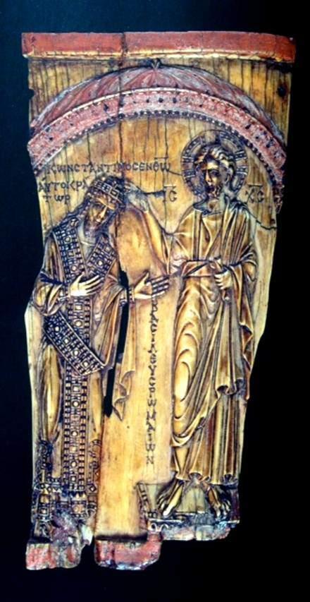 Fildişinden işlenmiş eserde İsa'nın elinden taç giyen VII. Konstantin geleneksel loros içinde görülüyor, Konstantinopolis 945. Puşkin Müzesi, Moskova. Fotoğraf: Byzantium, Robin Cormack ve Maria Vasilaki, Royal Academy of Arts, 2008.