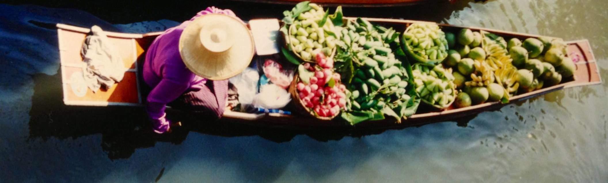 Bangkok'a bir saat uzaklıktaki Yüzen Pazar Yeri (Floating Market) Damnoen Saduak, çok ünlü bir köylü pazarı. Çoğunluğu kadın olan satıcılar yetiştirdikleri meyva ve sebzeleri, bazen de pişirdikleri yemekleri, ince uzun kayıklarda satıyorlar.