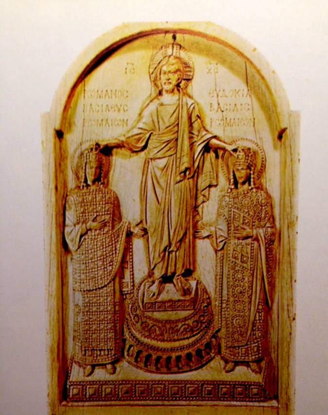 10. yüzyıla ait fildişinden oyma eserde İsa, imparatorluk çifti Romanus ile Eudoxia'ya taç giydiriyor. Bizans'tan beri devam eden bir gelenek olarak günümüzde de evlenen Ortodoks çiftler birbirine kurdele ile bağlanmış sembolik taçlar giyerler. Birbirine bağlı taçlar, evlilik bağını simgeler. Fotoğraf: Byzantium, Philip Sherrard, Time-Life Books, 1976.