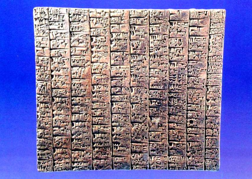 Ebla Şehir Devleti kazısında 15.000 kil tablet bulunmuş. Çoğu okunmuş. Dilleri  Batı Semitik dillerinin öncüsü olan Proto-İbrani dili imiş. Çivi yazısı ile yazmışlar. Eblalılar Sümerlerin edebi geleneklerini almışlar, Sümer hece işeretlerini kullanmışlar. Kazılarda bulunan tabletlerin %80'i Sümerce, %20'si Ebla dilinde. Suriye'de Halep Müzesi'nde sergilenmekte olan çivi yazılı bu tablet MÖ 3000'e tarihlendirilmiş.
