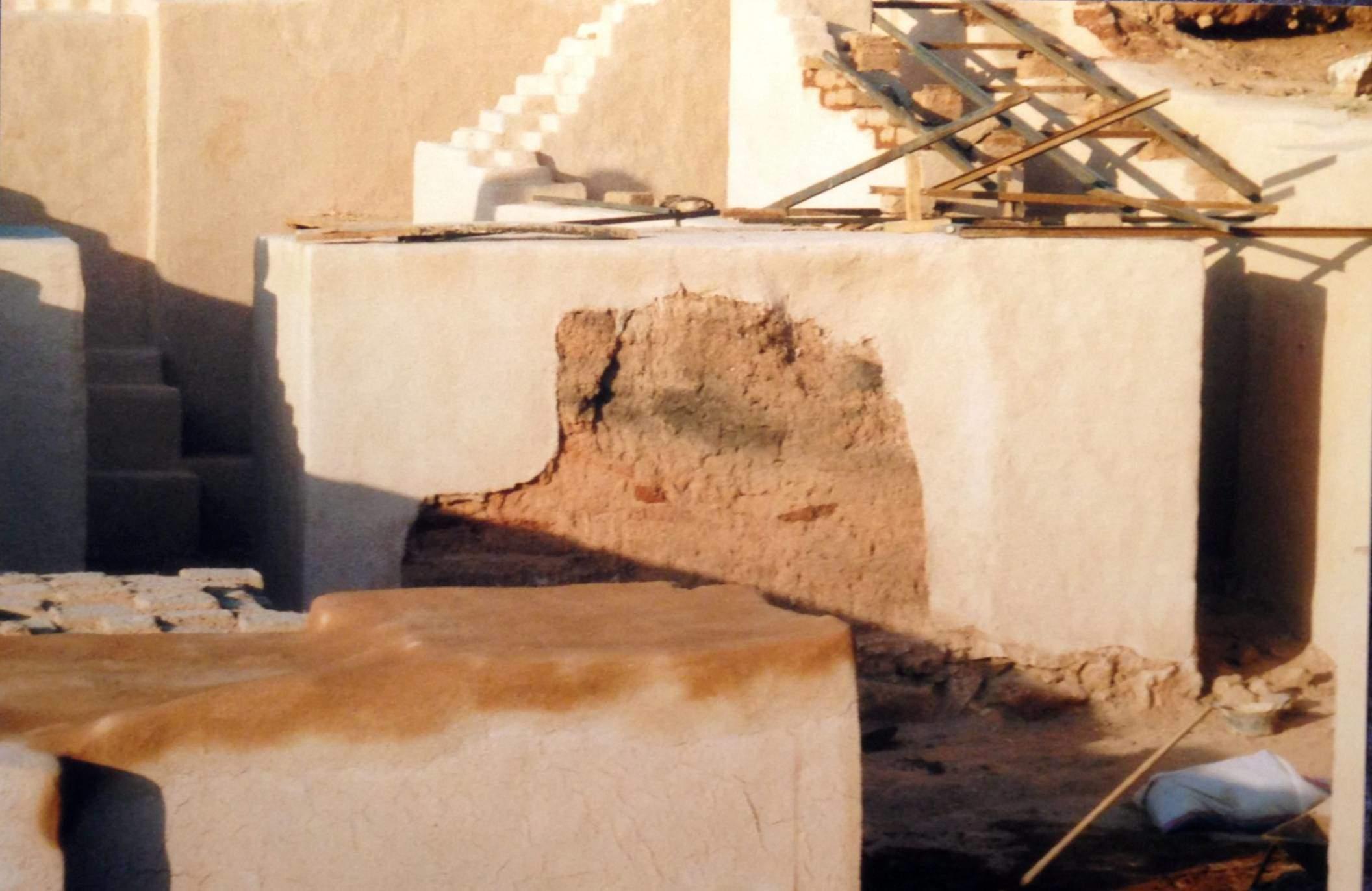 Ebla'da bulunan tablet koleksiyonlarında ekonomik, kimileri edebi bölümler içeren yönetimsel kayıtlar, öğretici uygulama tabletleri, okul metinleri yer almaktadır. Tabletlerden anlaşıldığı üzere, yazı yazma eğitimi sürekli verilmekte, günlük yönetimle birlikte yürütülmekteydi. Yazı yazma öğrencileri metinleri kopyalar, gerekli metinler daha sonra arşivlenirdi. Tell Mardikh Kasabası'nda Ebla Şehir Devleti kazıları, Suriye.