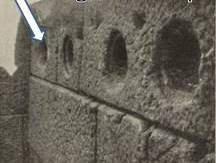 Kuzeydeki bir odanın duvarında rafların yerleştirildiği delikler asırlar sonra bile duruyor. Fotoğraf: tr-tr.facebook.com/.../bergamalilar/...bergama-kütüphanesi