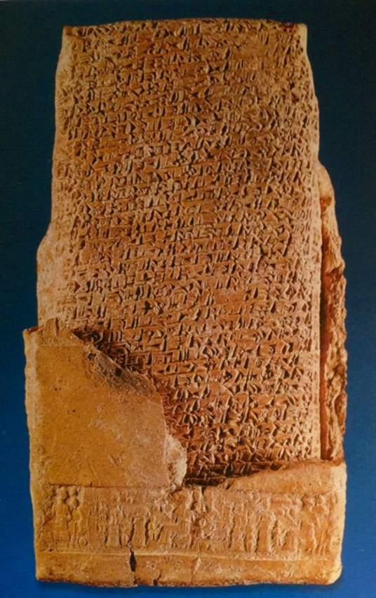 Asur Ticaret Kolonileri Çağı'na (MÖ 1950-1750) ait, pişmiş topraktan yapılma zarflı tablet Kültepe'de bulunmuştur ve MÖ 19. yüzyıla tarihlenmektedir. Anadolu Medeniyetleri Müzesi, Ankara.