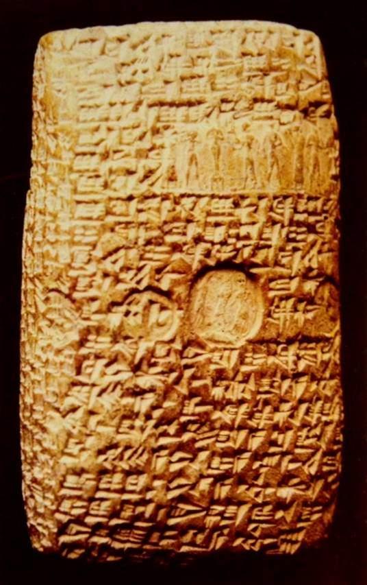 Mezopotamya kil tabletleri bazen zarfların içine konurlardı. Zarflar, silindir mühürlerle mühürlenirdi. Bunlar, üzerlerine resimler oyulmuş küçük, taş silindirlerdi; kil tablet üzerinde yuvarlanırlar ve geride bir baskı izi bırakırlardı. Yine Kültepe'de ele geçmiş, MÖ 19. yüzyıla ait pişmiş toprak açılmamış zarf. Zarfın üst kısmında silindir mühür, ortasında damga mühür ile konmuş işaretleri var. Anadolu Medeniyetleri Müzesi, Ankara.