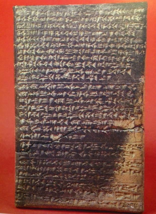 Pişmiş topraktan yapılma Boğazköy'de bulunmuş bu tablet MÖ 13. yüzyıla tarihlendirilmiştir. Mısır Kralı II. Ramses'in karısı Naptera tarafından, Hitit Kralı III. Hattuşili'nin karısı Puduhepa'ya yazılmış dostluk mektubudur. Anadolu Medeniyetleri Müzesi, Ankara.