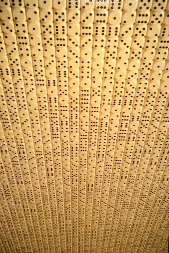 """Zarlar, Stanislaw Drozdz, 50. Venedik Bienali, Polonya Pavyonu, 2003. Polonyalı sanatçı Stanislaw Drozdz, Bienalin """"Dreams and Conflicts"""" ana başlığından yola çıkarak eserine """"Dream and Game"""" adını vermiş. Duvardaki işinin önünde 6 zar var, izleyici zarları atıp o kombinasyonu duvarda bulmaya çalışıyor. Bulursa oyunu kazanıyor. İzleyici zarı atmayı kabul ederse kendisi ile çelişkiye düşeceğini, zarı attığı anda içine girdiği durumun geri dönüşü olmadığını, ya kazanacağını ya da kaybedeceğini söylüyor sanatçı. Projelerinde sıkça Wittgenstein'ın fikirlerinden ilham aldığını belirtiyor."""
