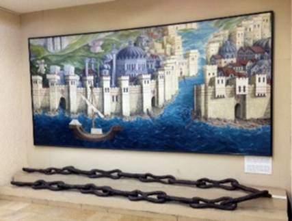 Konstantinopolis'in surları ve anıtsal yapıları ile Haliç girişini kapatan zincirin 15. yüzyıldaki görünümü. Hartmann Schedel'in, Bizans Devri'nde yapılmış orjinalinden faydalanarak çizdiği 1493 tarihli gravürü temel alınarak Oya A. Şirinöz'ün 1994 tarihli tablosu İstanbul Arkeoloji Müzesi'nde sergilenmektedir.