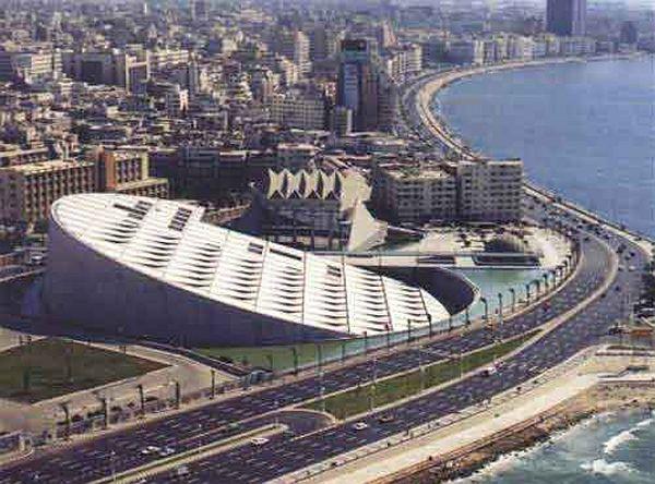 Tarihi İskenderiye Kütüphanesi'nin yerine, yarışma sonucu seçilen projeyle, 2002 yılında tamamlanan yeni İskenderiye Kütüphanesi. Fotoğraf:www.dunya.com